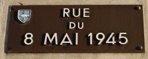 Plaque_Rue_du_8_Mai_1945_(Poissy)