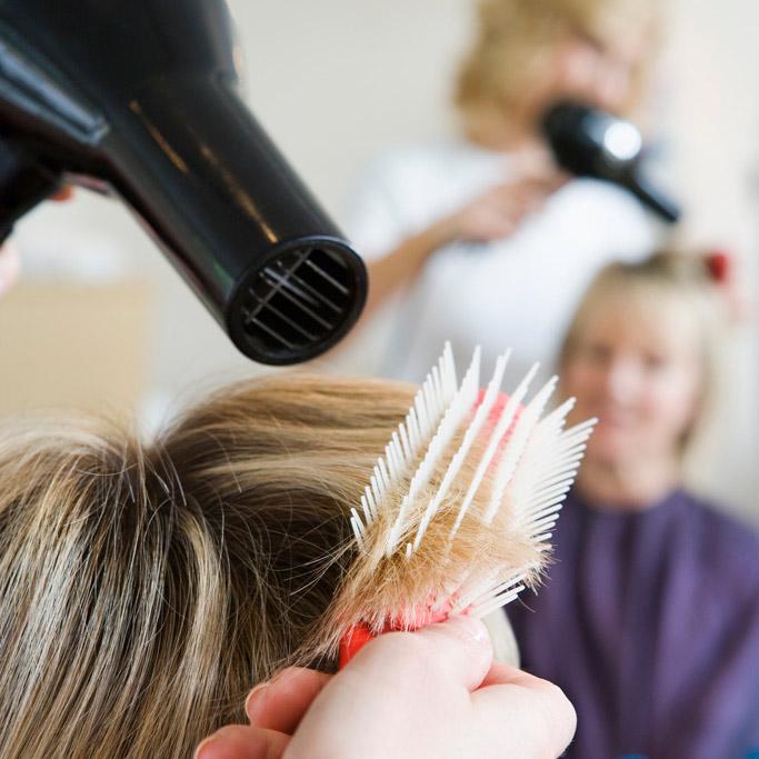 Chez le coiffeur – FranceSays